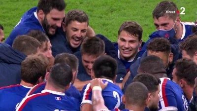 La communion des joueurs du XV de France après leur succès face aux Gallois