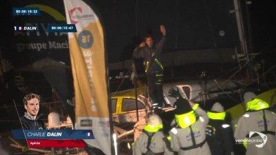 Charlie Dalin franchit la ligne d'arrivée du Vendée Globe