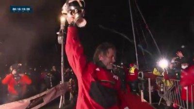 Tapis rouge et trophée en main pour Yannick Bestaven